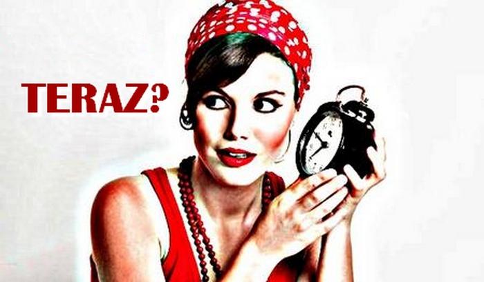 zena drzi hodinky