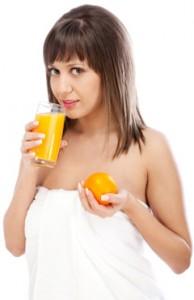 žena pije džús